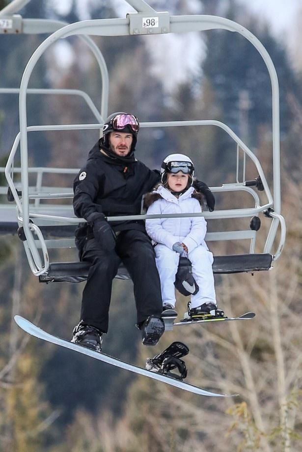 【写真を見る】リフトに乗るベッカムと愛娘ハーパー