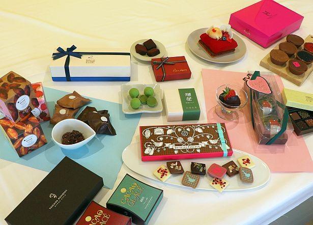 トリュフやケーキ、タブレットなど、さまざまなチョコレートスイーツが販売されている