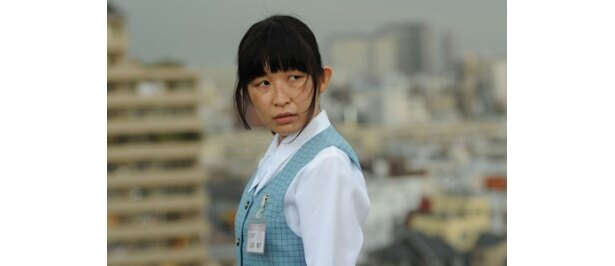 小野真弓は美容整形医院の事務員・山田晴子を演じる