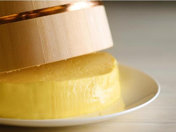 バケツならぬ湯桶で作られるプリンは温泉リゾートならでは。通常の25人前もある大きさにびっくりだ