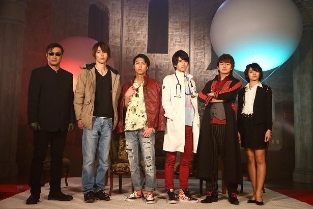 九条貴利矢(小野塚勇人、左から3番目)ら人気ライダーたちが奇跡の復活!