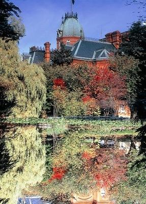 水面に映り込んだ紅葉も美しい、北海道庁赤れんが庁舎前庭