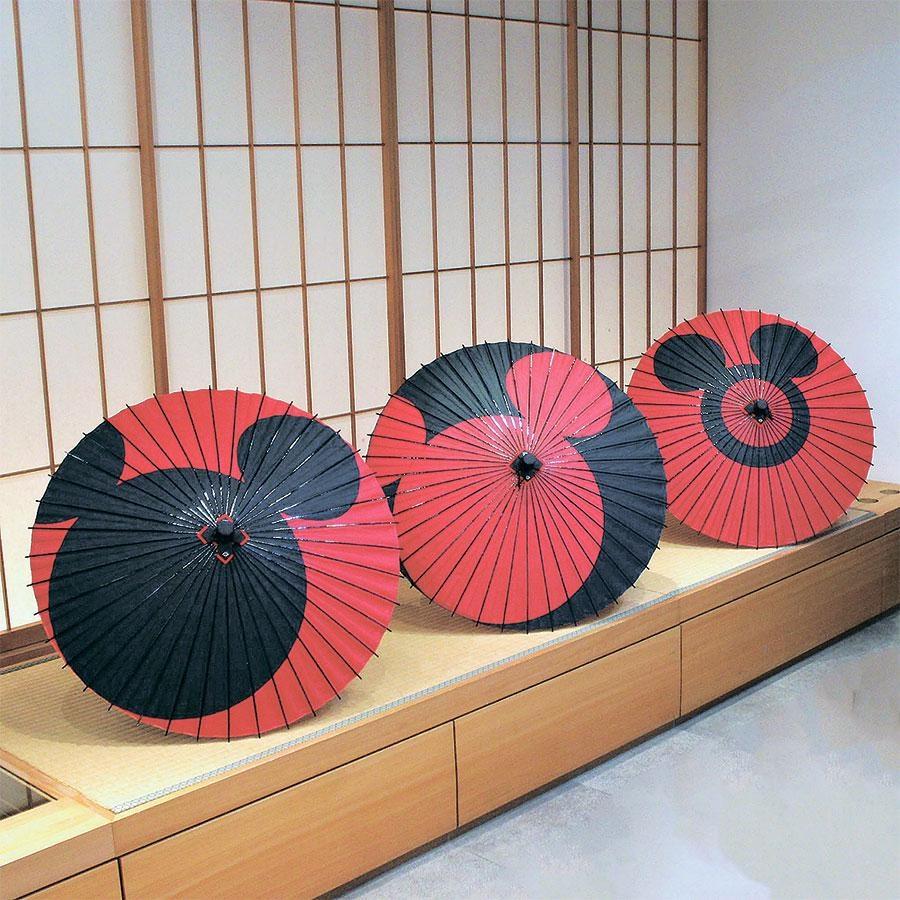 日本最古の和傘屋・辻倉は「切継ぎ」という高度な技法を使い、手すきの和紙でミッキーマウスやミニーマウスを表現した。姫和傘1万6000円 (C)  Disney