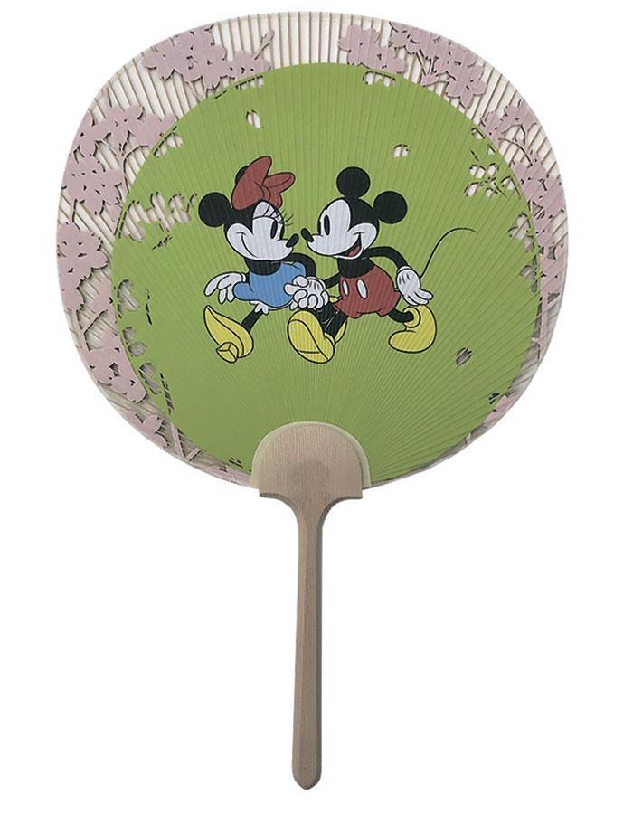 創業1689年の老舗・阿以波・の京うちわは伝統的な透かし文様と、ミッキーマウスとミニーマウスのアートが美しくマッチ。京うちわ1万3000円 (C)  Disney