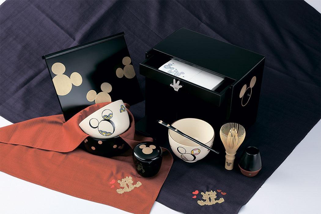 茶道文化を発信する淡交社はミッキーマウスアートなどをあしらった茶箱セット(7万円)などを出展。茶筅や茶杓など細かい部分までディズニーの世界観が表現されている (C)  Disney