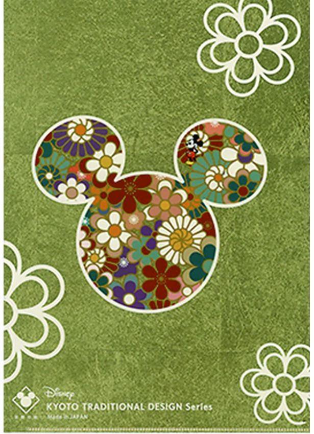 紙やフィルムにエンボス加工を施し、清酒のラベルや針箱、屏風や寺社のふすまに使われる金箔模様紙などを製造する加美屋では、近年あぶらとり紙も販売。今回はミッキーマウスのアートと伝統柄を合わせたクリアファイル(600円)が登場 (C)  Disney
