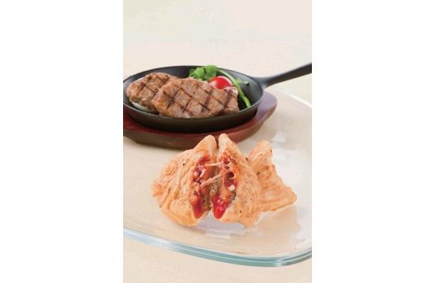 アメリカの「チーズバーガー」(220円)。特製のハンバーグはたい焼にあわせて魚の形に