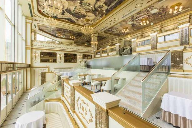 「レ レーヴ サロン・ド・テ」の店内。パリの劇場を思わせるゴージャスな空間にうっとり