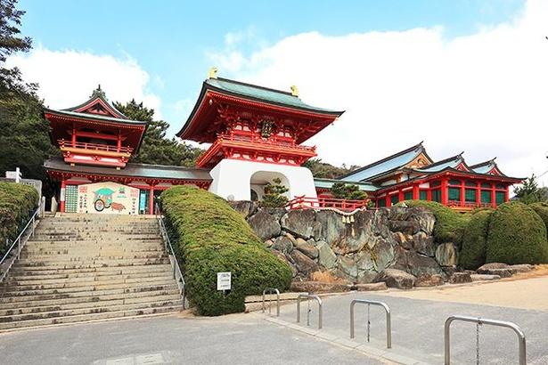 鮮やかな「水天門」は、壇ノ浦に入水した安徳天皇にちなんで造営された