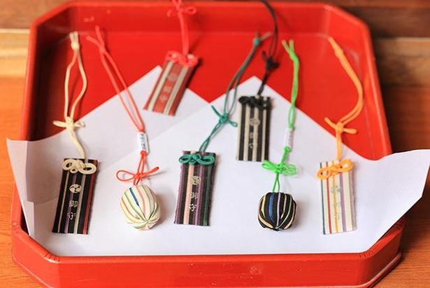長方形の「小倉織御守」以外にも、丸い「小倉織玉御守」(¥1500)もある