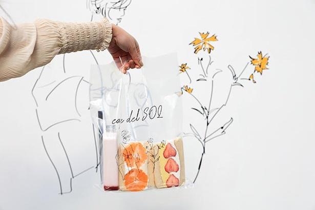 「パンケーキサンド」。写真は季節限定のと「温州みかん」(¥600)と「あまおう」(¥650~)。「あまおう」はクリームを選べ、それによって価格が変わる。かわいい「ボトルドリンク」(¥600~)もおすすめ