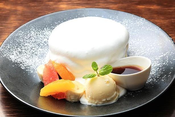 軽やかな生クリームをまとった「ふわふわパンケーキ」(¥980)。メイプルソースをたっぷりかけてどうぞ