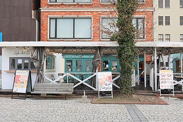 「門司港レトロ 王様のたまご」に併設する「Cafe del SOL門司港」(建物左)。テラスでの食事もできる