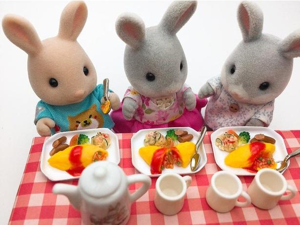 「オムライスの食べ方の個性」は、とろりとしたケチャップの質感や副菜までリアル。「ケチャップライスのお米の感じと色の表現が大変でした」