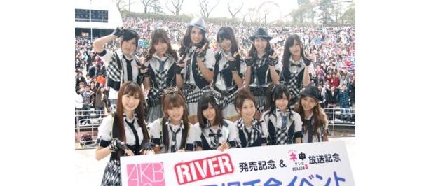 集まったファン約8000人と記念撮影したAKB48