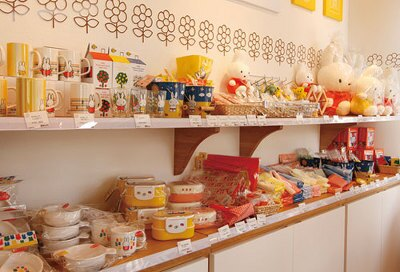 ミッフィーのぬいぐるみをはじめ、弁当箱などの雑貨を販売