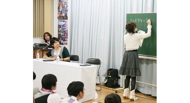 答えをたどたどしく書く教育実習生のような原田ひとみ(写真右)の姿に、下野紘(写真左)は「羞恥(しゅうち)プレーみたい(笑)」とツっこむ