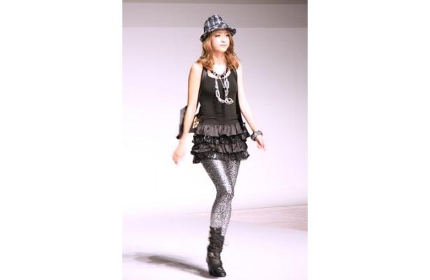 新CM発表会では「ヒートファクト」を着用したファッションショーも行われた