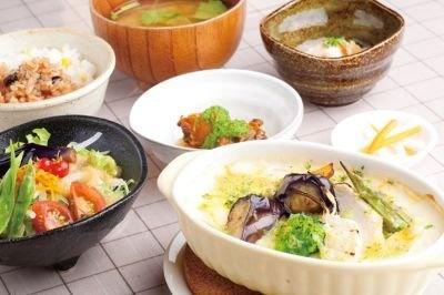 レストラン農家料理なごみの「しあわせランチ」(1580円)は、日によって使う野菜が変わるランチプレート