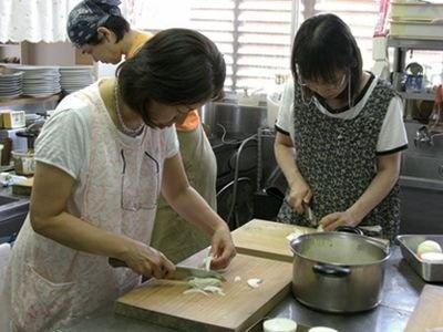 レストラン農家料理なごみの重ね煮料理教室の様子。煮た野菜はピューレにしてグラタンやコロッケなどに応用できて便利