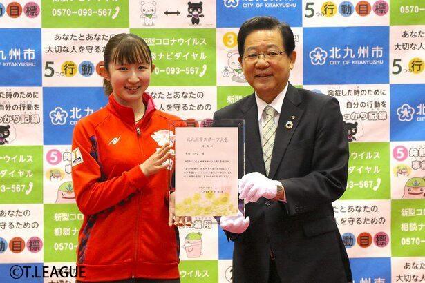 北橋健治北九州市長から委嘱状を受け取った早田ひな選手