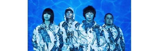 写真左から、山内憲介(G)、田中秀幸(B&Cho)、成山 剛(Vo&G)、津波秀樹(D&Cho)