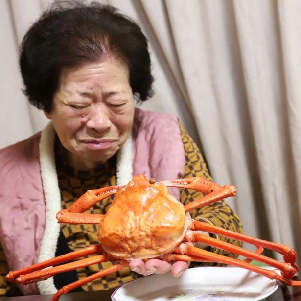 カニを手にするおばあ。これがおばあの満面の笑み!?