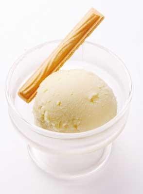 温泉湯どうふの専門店「宗庵よこ長」が作る「豆乳アイス」(220円)は男性にも人気