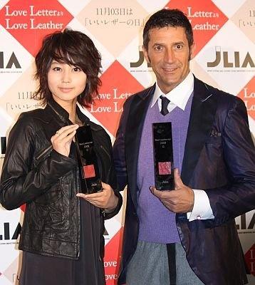 ベストレザーニスト2009の授賞式に登場した堀北真希さんとパンツェッタ・ジローラモさん。手には受賞トロフィー