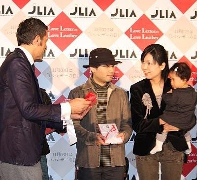一般から募集した「Love LetterよりLove Leather」フォトコンテスト表彰式も行われ、ジローラモさんから賞品がプレゼントされた