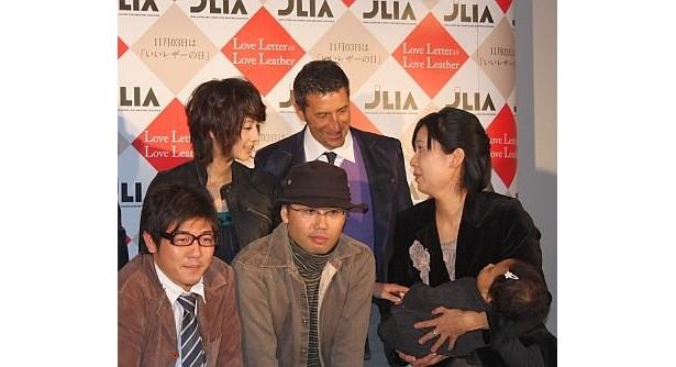 記念撮影の際、堀北さんがた「Love LetterよりLove Leather」受賞者の11か月の赤ちゃんとその親に話しかけるというひと幕も