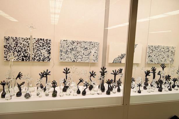 富山ガラス工房とのコラボ作品も展示