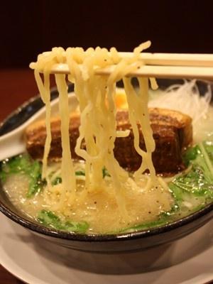 スープにからみやすい中太麺160gを使用