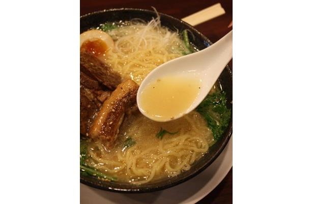 """スープは魚介系スープと鶏豚白湯スープを合わせたダブルスープに、丸鶏と国産野菜を炊き込んだ「特製塩たれ」を合わせた""""さっぱり味"""""""