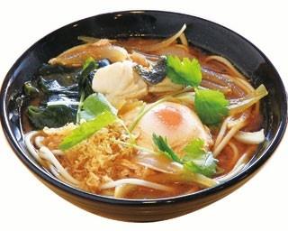 「淡路の幸の玉赤ぬーどる」(1500円)。鯛やエビ、ハモなど季節の魚介でとったダシを使った赤出し仕立てのスープ/活魚料理 きた八