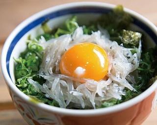 「生しらす丼」(864円)。ご飯に生シラスと卵黄、海苔などがのった生しらす丼/新島水産 本店