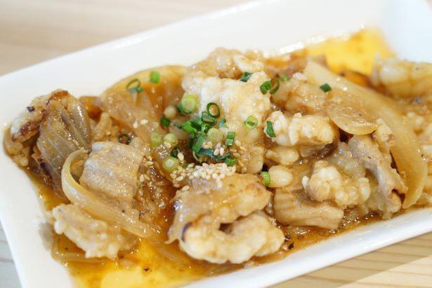 「牛シマ腸カープソース炒め」。内臓部位を使った惣菜は新鮮だからこそ作れる