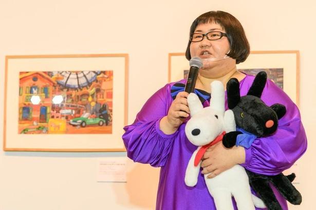 【写真】リサとガスパールのぬいぐるみを抱っこしながらトークする安藤
