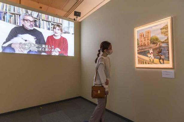 エントランスには20周年記念アート『ノートルダム』を展示。その隣には作者のメッセージ動画も
