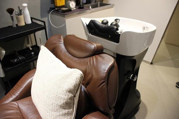 移動式のシャンプー台を用いて施術台とシャンプー台の移動を省略できる