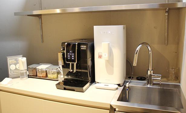 ラウンジコーナーにはお茶やコーヒー、お湯を用意し、待合中や各個室内での提供にも利用できる