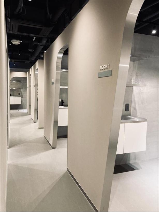 壁で仕切られた個室スペース。各入り口はカーテンを設置