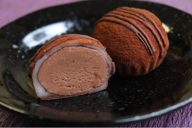 【写真】あんを柔らかい餅で包んだ甘酒ショコラ大福。1個180円