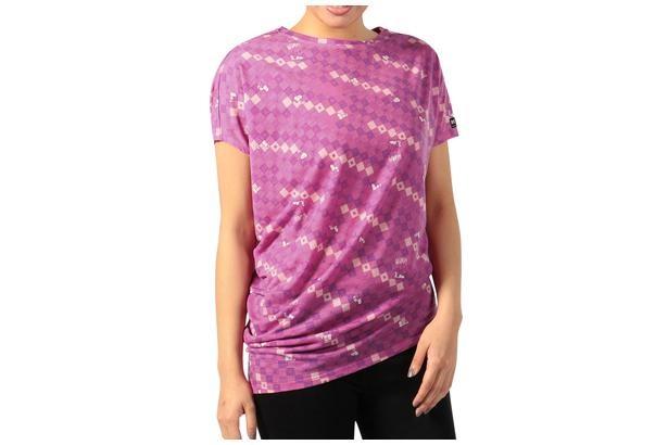 上質で着心地がいい「Snoopy Yoga loose tee Checkered Printed ヨガルーズTシャツ(ピンクキューブ)」(1万890円)