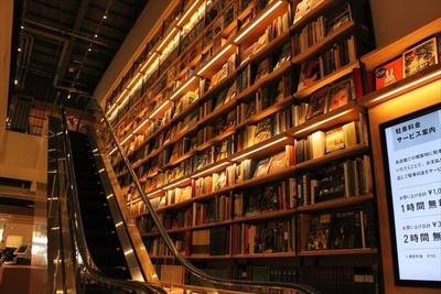 【写真を見る】上下左右にズラリと並ぶ本や雑誌