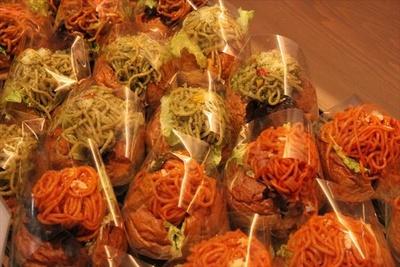 千葉県産の新鮮野菜や米粉を使用した惣菜パンが並ぶ