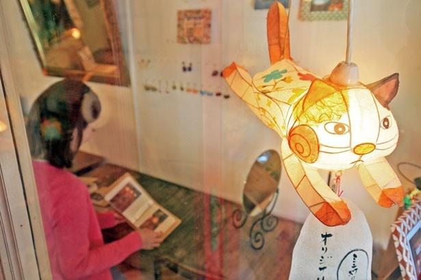 【写真を見る】和紙を使った手作り照明のワークショップ「そらの灯り カラコルム」/洲本レトロこみち