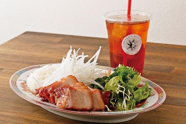 「焼き物プレート」(1000円)。チャーシューに淡路島産のご飯と淡路島たまねぎ、サラダがワンプレートに/たねさん's Kitchen