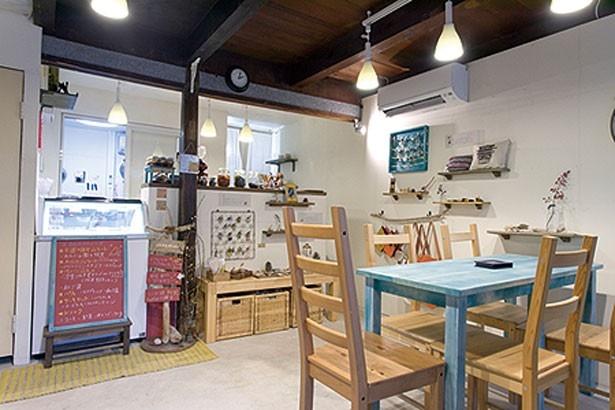 民家を改装した店内は、デザインや塗装まで自分たちで仕上げた手作り/GELATO; PICCOLOTTO