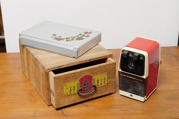 昔の子供はみんな使っていたアルミの弁当箱(800円)。横に箸入れが付いて機能的。置き薬の木箱(1500円)。レトロな鉛筆削り(1200円)/ticta